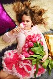 Lächelndes Mädchen mit Blumen Zacken Sie Tulpen aus Set von 9 Abbildungen der wundervollen mehrfarbigen Tulpen Festlicher Hinterg Stockbild