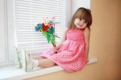 Lächelndes Mädchen mit Blumenstrauß Stockfoto