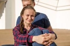 Lächelndes Mädchen mit Borte kleidete Blue Jeans und ein kariertes Hemd betrachtet Kamera direkt lizenzfreies stockbild