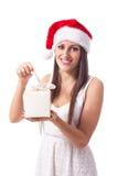 Lächelndes Mädchen mit dem Weihnachtsgeschenk - getrennt lizenzfreie stockbilder