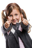 Lächelndes Mädchen mit den Daumen oben Lizenzfreies Stockfoto