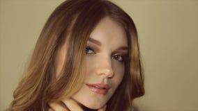 Lächelndes Mädchen mit einem hellen Make-up Volles HD Video stock footage