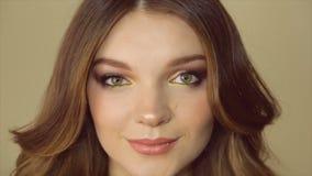 Lächelndes Mädchen mit einem hellen Make-up Volles HD Video stock video footage