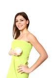 Lächelndes Mädchen mit einem Tuch und einer Creme auf einem weißen Hintergrund stockbild