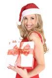 Lächelndes Mädchen mit einem Weihnachtsgeschenk stockfotos