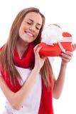 Lächelndes Mädchen mit Geschenkherzen Stockfotos