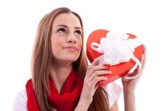 Lächelndes Mädchen mit Geschenkherzen Stockfoto