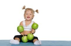 Lächelndes Mädchen mit Gewichten der grünen Äpfel Stockbilder