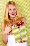 Lächelndes Mädchen mit grünem weißem Geschenk Lizenzfreies Stockfoto