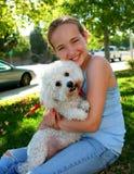 Lächelndes Mädchen mit Hund Stockfotos