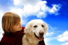 Lächelndes Mädchen mit Hund Stockbilder