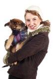 Lächelndes Mädchen mit Hund im Wintermantel Lizenzfreie Stockfotografie
