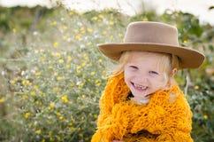 Lächelndes Mädchen mit Hut und orange pelerine in der Herbstsaison Stockbild
