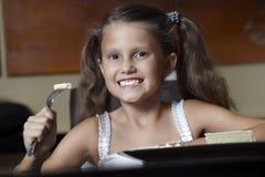 Lächelndes Mädchen mit Käse Stockfotografie