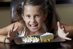 Lächelndes Mädchen mit Käse Lizenzfreie Stockfotografie