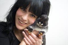 Lächelndes Mädchen mit Kaninchen Lizenzfreie Stockfotos