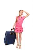 Lächelndes Mädchen mit Koffer und Sonnenbrille Lizenzfreie Stockbilder
