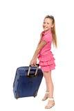 Lächelndes Mädchen mit Koffer und Sonnenbrille Stockfotos
