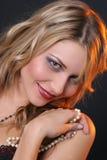 Lächelndes Mädchen mit Perlen Stockbild