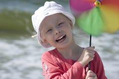 Lächelndes Mädchen mit Pinwheel Stockfoto