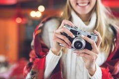 Lächelndes Mädchen mit Retro- Kamera Stockbilder
