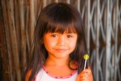 Lächelndes Mädchen mit Süßigkeit Stockfotos
