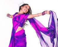 Lächelndes Mädchen mit Sari stockbilder