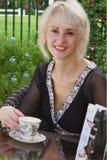 Lächelndes Mädchen mit Tasse Tee Lizenzfreie Stockfotos
