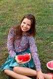 Lächelndes Mädchen mit Wassermelone lizenzfreies stockfoto