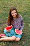 Lächelndes Mädchen mit Wassermelone lizenzfreie stockfotografie
