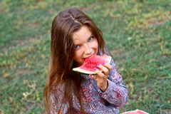 Lächelndes Mädchen mit Wassermelone stockfotos