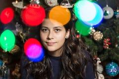 Lächelndes Mädchen mit Weihnachtsbaum Stockbild