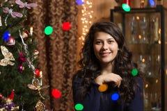 Lächelndes Mädchen mit Weihnachtsbaum Stockbilder