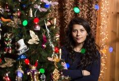 Lächelndes Mädchen mit Weihnachtsbaum Stockfotos