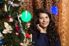 Lächelndes Mädchen mit Weihnachtsbaum Lizenzfreie Stockfotos