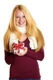 Lächelndes Mädchen mit Weihnachtsgeschenk Stockfotos