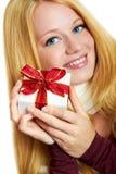 Lächelndes Mädchen mit Weihnachtsgeschenk Stockfoto