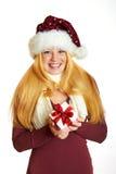 Lächelndes Mädchen mit Weihnachtsgeschenk Stockbild