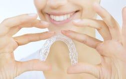Lächelndes Mädchen mit Zahnbehälter lizenzfreies stockbild