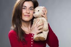 Lächelndes Mädchen 30s, welches das Symbol der Kindheit für Babymitteilung zeigt Lizenzfreie Stockbilder