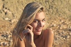 Lächelndes Mädchen am Strand an einem sonnigen Tag Stockbilder