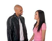 Lächelndes Mädchen und Kerl, die einander betrachten Lizenzfreie Stockfotografie