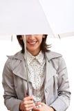Lächelndes Mädchen und Regenschirm Stockfoto