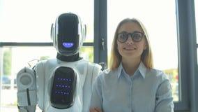 Lächelndes Mädchen und Roboter, die für Kamera aufwerfen stock video