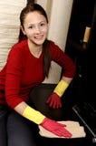 Lächelndes Mädchen, welches das Haus säubert lizenzfreie stockfotos