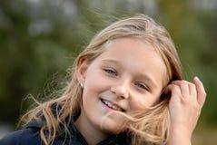 Lächelndes Mädchen am windigen Tag Lizenzfreie Stockfotos