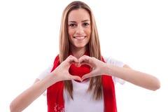 Lächelndes Mädchen zeigt Herz mit den Händen Lizenzfreies Stockbild