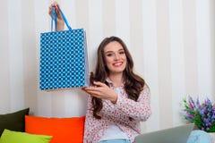 Lächelndes Mädchenholding-Geschenkpaket stockfotos