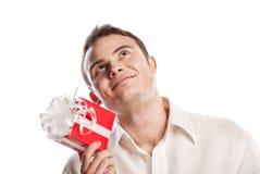 Lächelndes Mannholdinggeschenk getrennt auf Weiß lizenzfreie stockfotografie