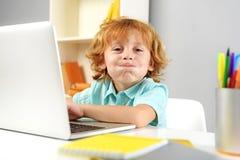 Lächelndes modernes Kind, das mit neuen Technologien spielt lizenzfreie stockfotografie